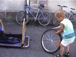 Le nouvel emploi-jeune recruté pour l'entretien des vélos