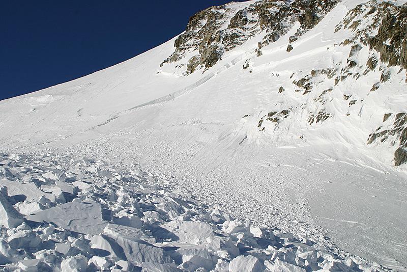 Enorme avalanche de plaque en mai 2007 au dessus du col de Susten qui a d'ailleurs fait un blessé au sein d'un groupe de randonneurs suisses. Lendemain d'une forte chute de neige avec beaucoup de vent.