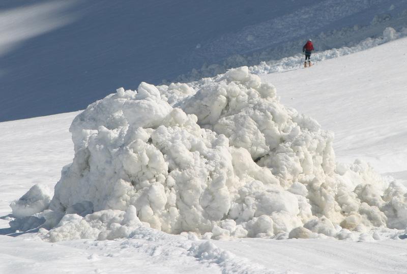 Les restes d'une très grosse avalanche de neige humide au dessus du col de Susten en mai 2007. Le risque est lié à l'heure de passage du groupe.