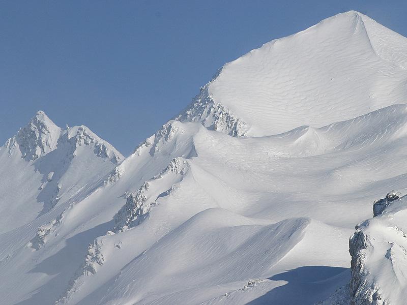 Lendemain de grosse chute de neige en avril 2008 vers le Lautaret. On distingue nettement les vagues formées par le vent. Ce jour là, malgré une météo parfaite, le télé de La Grave restera fermé, on comprend pourquoi....