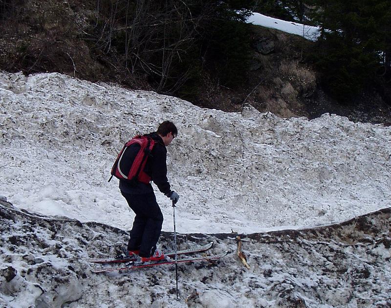 Fred en train de tester la skiabilité d'une vieille avalanche de très grande ampleur au dessus d'Arêches au printemps 2007
