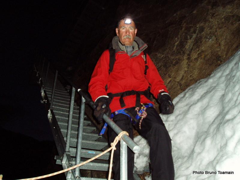 Skieur des banlieues surpris, en pleine nuit ou presque, au bas de sa cage d'escalier
