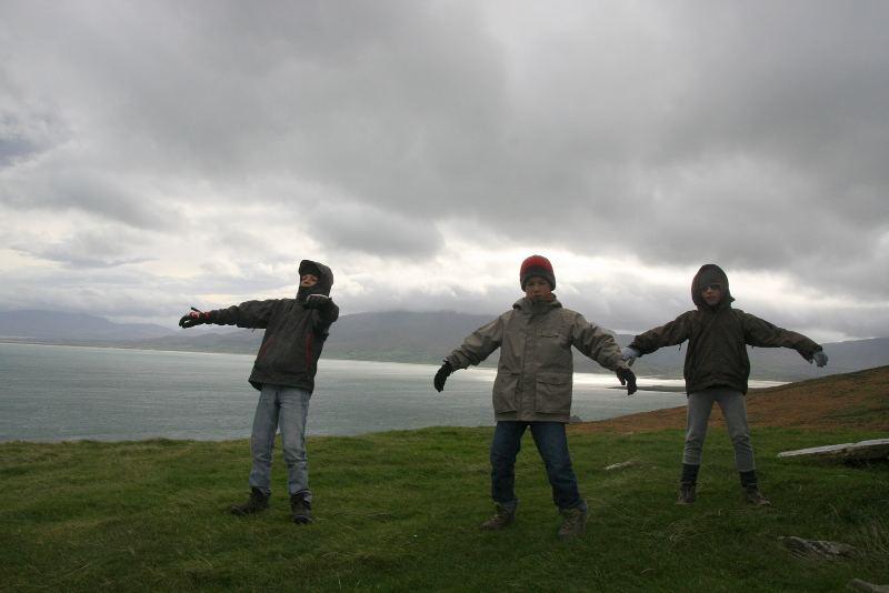 3 garçons dans le vent