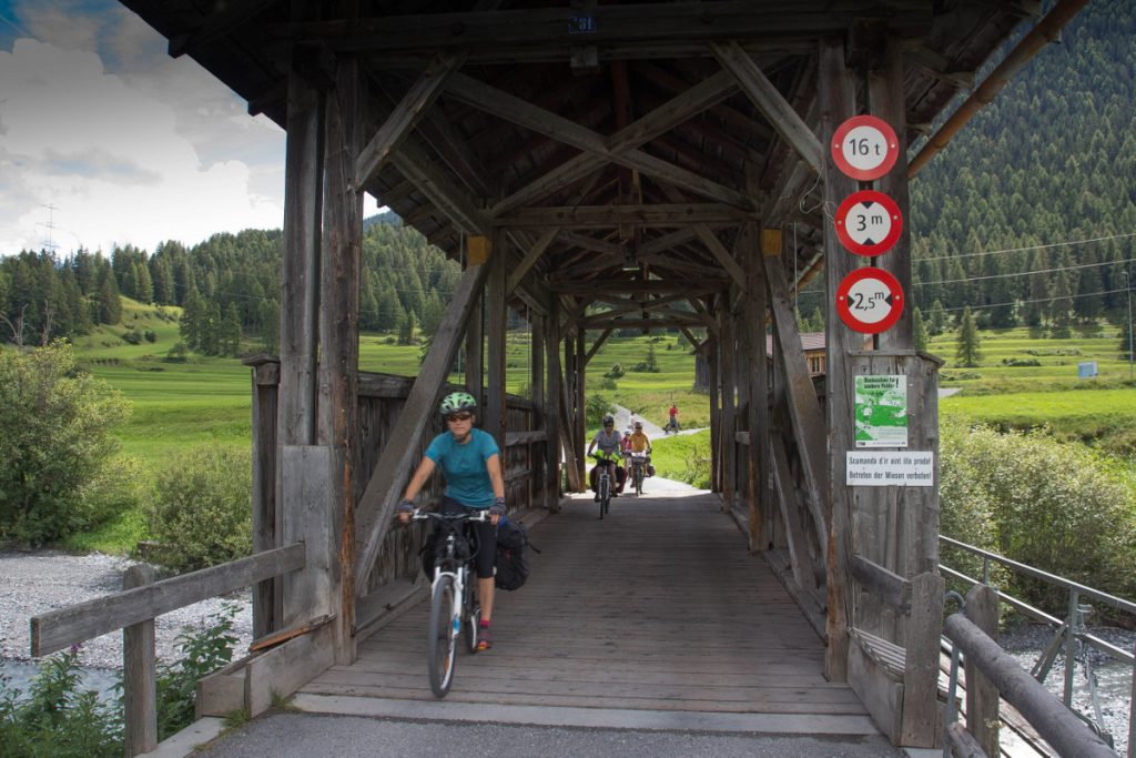 Inn Radweg - Un des innombrables pont de bois du parcours