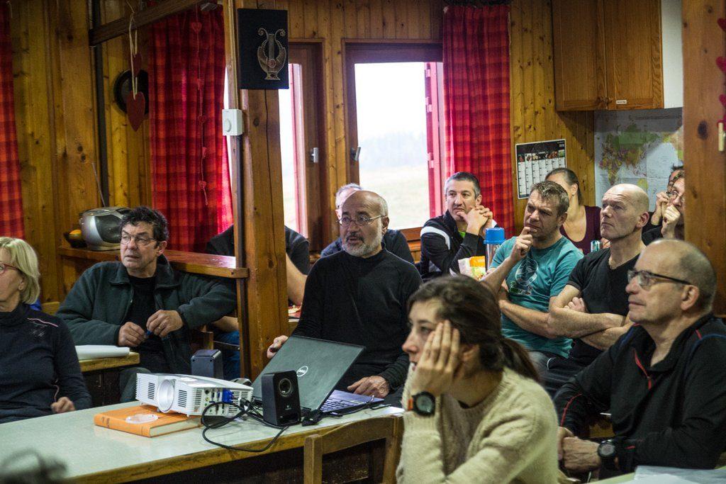 Pierre Marie David présente le profil stratigraphique issu d'un sondage de battage.